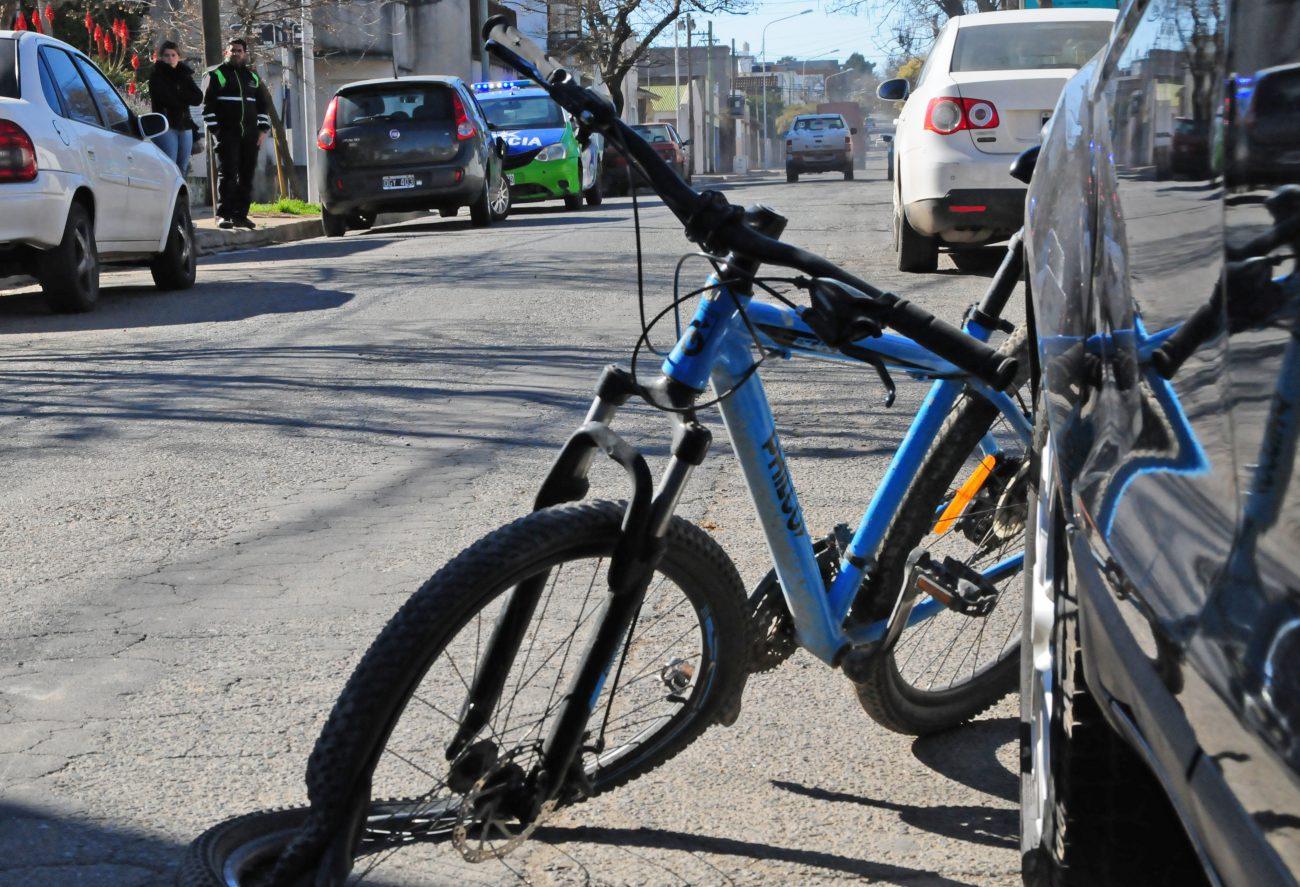 Un ciclista fue embestido por un auto en Constitución al 1200 – El Eco